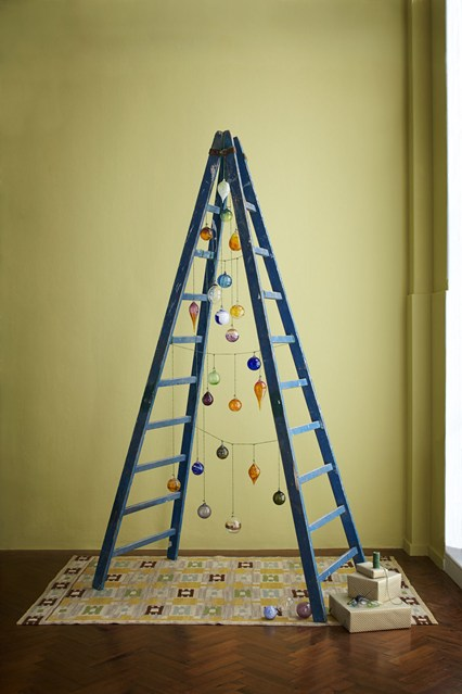 imagem: http://www.houseandgarden.co.uk/christmas/alternative-christmas-trees-ideas/stepladder?next#ViewImage